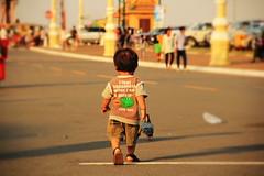 Potatoe Boy - Phnom Penh - Cambodia (Asia Trip Tour - Sbastien Pagliardini) Tags: bear city baby back cambodge teddy dos rue enfant slogan bb couleur marche ville phnom seul peluche phen