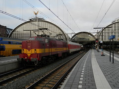 E-loc 1254(Amsterdam Centraal 14-12-2013) (Ronnie Venhorst) Tags: railroad en holland amsterdam train ns nederland eisenbahn rail railway zug bahnhof railwaystation 1200 cs loc bahn baldwin trein 1254 spoor hispeed acts centraal spoorwegen lok nsr spoorweg nederlandse elok nachttrein eloc 2013 eetc euronight spoormaterieel