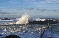 Ola rompiendo en el Muelle de Fora (Javi Fernndez) Tags: faro puerto mar rojo marejada oleaje ola tapia