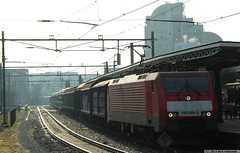 20140227 Fotograferen met tegenlicht (2) (Bert Hollander) Tags: dv vol rood deventer trein dbs locomotief eloc tegenlichtopname br189 autotrein dbschenker 189089 47734bhamf