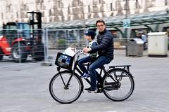 Vader en Zoon - Rotterdam (FaceMePLS) Tags: bicycle rotterdam nederland thenetherlands streetphotography cap fiets nikes petje krat tweewieler nikesneakers straatfotografie facemepls plastictas transportfiets boodschappentas newbalancesneakers nikond5500