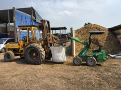 "Loading woodchip for a delivery the easy way #wardenstreecare <a style=""margin-left:10px; font-size:0.8em;"" href=""http://www.flickr.com/photos/137723818@N08/26870282905/"" target=""_blank"">@flickr</a>"