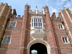 Hampton Court Palace (tame_alien) Tags: uk england building architecture gateway hamptoncourtpalace unitedkindom eastmolesey