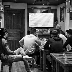 Public Viewing zur Fuball EM 2016 in Berlin (Agentur snapshot-photography) Tags: bw berlin sport deutschland restaurant fan blackwhite tv europa fussball euro europameisterschaft trkei match sw fans em schwarzweiss fernseher deu kneipe gastronomie effekt personen fernsehen gruppenbild jugend wettbewerb 2016 trken leinwand publicviewing trkische jugendliche fussballspiel fanmeile fussballfan bertragung fussballfans randbild fernsehbertragung fussballmatch grossbildleinwand ffenltich