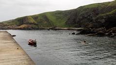 a rest in Cove Bay (L C L) Tags: uk red sea costa water port puerto coast scotland boat mar rojo agua barca ship escocia cliffs aberdeen reinounido acantilados 2015 covebay mardelnorte loretocantero