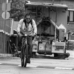 La monte - The climb (p.franche) Tags: brussels urban blackandwhite man blanco monochrome bike climb europe belgium belgique noiretblanc negro snapshot bruxelles panasonic dxo brussel zwart wit hdr monte vlo homme cycliste streetshot  instantan belge schwarzweis mustavalkoinen inbiancoenero svartochvitt flickrelite  bestofbw fz200  pascalfranche pfranche skancheli