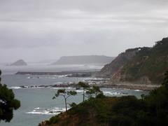 Vista costera en un da nublado. (margabel2010) Tags: espaa spain asturias nubes islas playas puertos costas acantilados islotes marytierra cieloymar floracostera