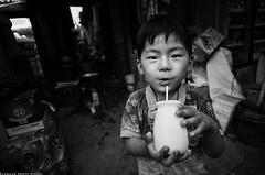 快乐的孩子在磁器口长大。他的童年...... (JACK-FAN) Tags: 北京 黑白 生活 人像 儿童 摄影 抓拍 纪实 jackfan