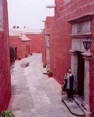 Ana Rosa en una de las calles del Convento de Santa Catalina. Arequipa, Perú, febrero de 2006