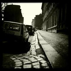 entlang der Bordsteinkante (grapfapan) Tags: leipzig monochrom trottoir iphone lindenau schwarzweis hipstamatic
