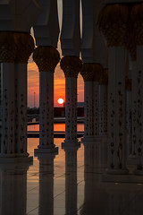 Desert Sunset over the Mosque Colonnade (Doc. Di0) Tags: uae emirates abudhabi mosquee abu dhabi sheik 2014 sheikzayedgrandmosque