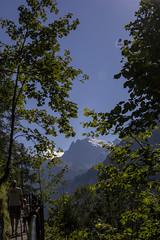 Trummelbachfalle - Duas pessoas na trilha com fundo de montanhas e arvores ao redor (CartasemPortador) Tags: bern lauterbrunnen cachoeira quedas interlaken dgua trmmelbach trmmelbachflle