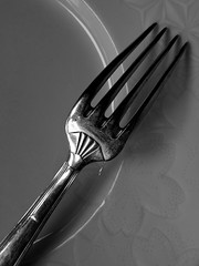 50/52 - O je mange (Nicolas -) Tags: old bw france kitchen vintage silver french cuisine grey gris dish plate fork nb eat simplicity manger artdeco simple vaisselle assiette fourchette tableware argenterie yvelines gravure appetit nicolasthomas project52