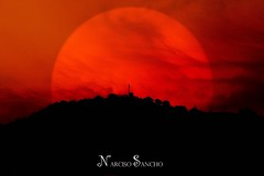 Sol naciente / Rising Sun (Narciso Sancho Aguilar) Tags: narciso naturaleza nature natural negro noche espaa europa europe eyes entorno exito tradicin luz mundo sancho spain sol sun summer rojo red sombra montaa mountains aguilar paisaje photography flickr fotografa flickraward fotografica photo photograph viaje travel alturas heights cielo heaven bello nubes clouds contraste