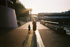 mother and son (au1968424) Tags: agfa agfalebox disposable camera agfafilm film filmphotography streetsphotography hongkong central mother son 愛克發 菲林 sun lights iso400
