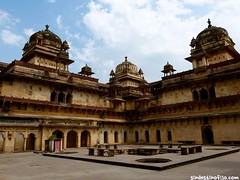 "palacios de Orchha • <a style=""font-size:0.8em;"" href=""http://www.flickr.com/photos/92957341@N07/8725149668/"" target=""_blank"">View on Flickr</a>"