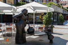 La Guisandera de Maria Luisa Sanchez Ocaa en la Calle de Gascona de Oviedo, Asturias, Espaa. (RAYPORRES) Tags: espaa monumento escultura agosto estatuas oviedo estatua 2013 callegascona marialuisasanchezocaa