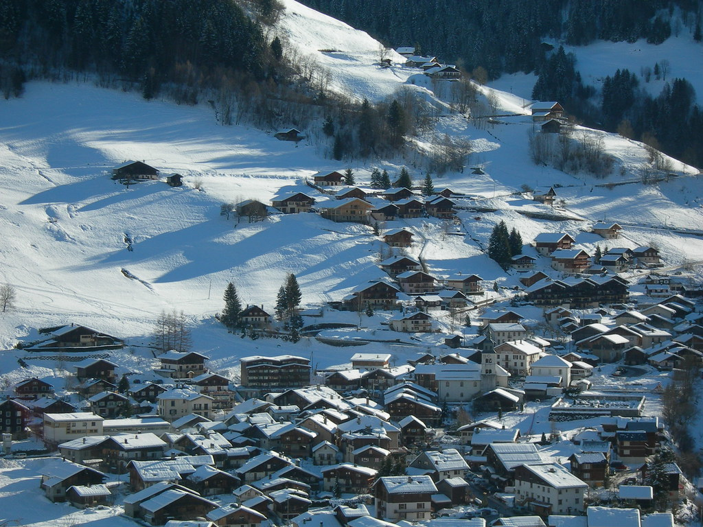 Archipels d'altitude Neige, sport et soleil : ces vacances inventées au XX<sup>e</sup> siècle ont inspiré un nouvel urbanisme et révolutionné l'architecture de montagne.