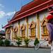 Échange devant le monastère du village de Maejo, province de Chiang Mai, Thaïlande.