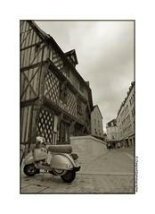 CIMG2333 (cowsandgirl71) Tags: bw france monument monochrome architecture vintage europe noiretblanc casio ville chartres bois scnederue