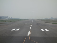 201604105 Tokyo Haneda airport runway (taigatrommelchen) Tags: japan airplane tokyo inflight airport central perspective runway haneda hnd cpa rjtt 20160417
