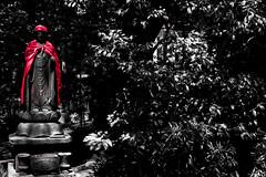Et d'une couleur (www.danbouteiller.com) Tags: japan japon japanese japonais tokyo nezu city ville park parc trees tree arbres statue red rouge asia asian asiatique buddhist shinto buddhism canon canon5d eos 5dmk2 5d 50mm 50mm14 5d2 5dm2 monochrome blackandwhite blackwhite noiretblanc black white with one color onecolor