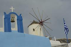 _Oia (odileandr) Tags: moulin santorin cloche drapeau bleuetblanc