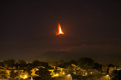 Η γη βρυχάται και η λάβα ξεχύνεται από το ηφαίστειο της Αίτνας στη Σικελία (πηγή: Carmelo Imbesi—AP)