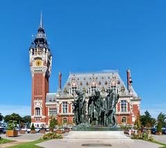 """Belfort en stadhuis met monument """"De zes burgers van Calais"""""""