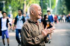 Makin Tua (Fitria Ghassani) Tags: street old morning people smile fix indonesia lens 50mm nikon bokeh duty hobby human photograph bandung interest dago d7000 fixlens nikond7000