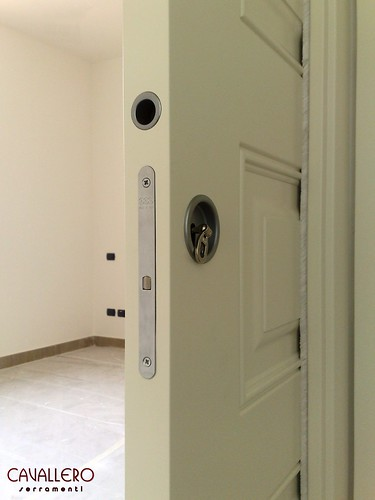 Particolare serratura e maniglia di una porta scorrevole pantografata 112CP