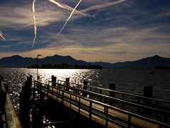 IMG_0223 Chiemsee (Traud) Tags: chiemsee bayern bavaria deutschland germany mittagssonne sonne wasser see landungssteg kondensstreifen chiemgau kampenwand 7dwf