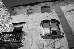 Casa do Alcaide-Mor (Eduardo Estllez) Tags: bw blancoynegro portugal monocromo casa ruina ventanas fortaleza alentejo balcon castillo historia antiguo estremoz antiguedad deterioro alcaide manuelino sigloxv lugaresdeinteres eduardoestellez estellez destinosturisticos alcaidemor sanchodenoronha goticofinal