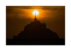 Plein Feux sur l'Archange St Michel (Marie 35 (140)) Tags: france silhouette contrejour coucherdesoleil montstmichel minimalisme bassenormandie