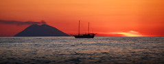 [ Scie sul mare - Contrails over the sea ] DSC_0300.3.jinkoll (jinkoll) Tags: sunset gloaming sky red orange wake volcano island aeolian stromboli smoking smoke erupting boat ship silhouette horizon sea water waves clouds humidity sun parghelia calabria panorama