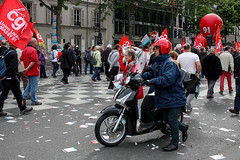 A contre sens, mais en rouge ! (Olivier DESMET) Tags: street paris canon eos candid streetphoto 24mm sl1 manifestation cgt lesgens 100d olivierdesmet 24mmstm