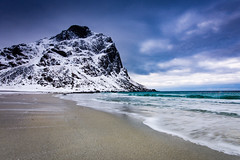 Uttakleiv beach (Lukasz Lukomski) Tags: sea costa snow mountains beach water norway sunrise landscape coast norge sand rocks europa europe scandinavia lofoten gry woda morze plaa wschd piasek sigma1020 krajobraz norwegia snieg wybrzee skandynawia lofoty nikond7200 lukaszlukomski