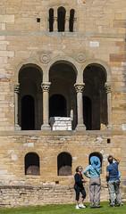 Turistas (Oscar F. Hevia) Tags: espaa art monument spain arte monumento asturias tourists naturalparadise oviedo worldheritage turistas asturies prerromnicoasturiano santamaradelnaranco uviu prerromnico arteasturiano paraisonatural principadodeasturias uvieo asturianart