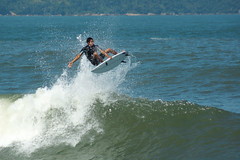 Surf (Thiago Souto) Tags: ocean sea brazil costa praia beach water sport gua brasil coast mar marine surf surfer board sony wave surfing sp santos shore surfboard radical alpha litoral esporte oceano a77 onda  surfista manobra prancha baixadasantista josmenino quebramar surfando rasgada emissriosubmarino surfboarder 77