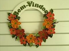 Guirlanda Bem-Vindos (Ka Comelli) Tags: flores flor artesanato guirlanda fuxico decoração tecido bemvindo enfeiteporta