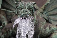 Alfred Escher-Denkmal (Claude Schildknecht) Tags: cold brunnen eis fontaine froid glace
