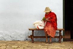 (Juan Diego Rivas) Tags: old portrait hat canon bag town colombia retrato pueblo vieja age oldwoman bolsa anciano anciana tamron viejo herb hongos edad 6d hierba villadeleyva aurea boyaca campesino campesina hortaliza sombreo proporcinaurea juandiegorivas tamronsp70200f28divcusd