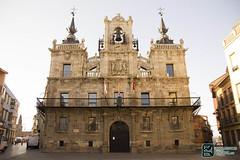 Fachada Plaza de Astorga (edmoberti) Tags: church fuente iglesia paisaje chruch castillo pilgrim caminodesantiago peregrino astorga albergue rabanaldelcamino hospitaldeorbigo pregrino