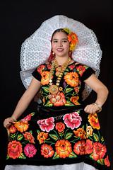 Istmea (lfbc) Tags: roja istmo retrato portrait tehuantepec traje tradiciones oaxaca mexico cultura nikon d750 85mm flores flowers rosa naranja resplandor mitierra