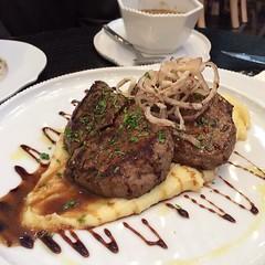 Tenderloin at figs restaurant - 360 mall  @figskuwait            تندرليون من مطعم فيقز - مجمع ٣٦٠  بالنسبة لتقييم المطعم للحين نفس التقييم اللي طاف التفصيل بالموقع الموجز الخدمة جيدة ويقدرون على اكثر من جذي والاكل حلو