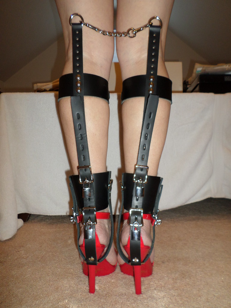 Bdsm shoe lock chains