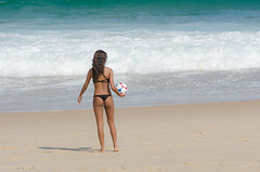 Curtindo a praia (mcvmjr1971) Tags: sea woman hot sexy ass praia beach brasil riodejaneiro seaside nikon surf mulher bikini bunda niteri bodyboard itacoatiara d7000 sigma150500mm mmoraes