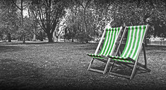 summer is coming (Ftima Valdivia Arrebola) Tags: park uk parque trees blackandwhite naturaleza verde london blancoynegro rayas nature londres hydepark summertime hamacas tumbonas