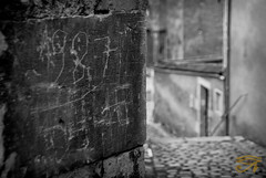Au coin d'une ruelle (Myhoruseye) Tags: stone alley pierre memory ruelle bourgogne engraved nevers mmoire nivre grave