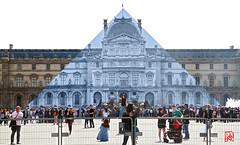 JR samuse  faire disparatre la pyramide du Louvre (mamnic47 - Over 6 millions views.Thks!) Tags: paris louvre jr photographe cournapolon pyramidedulouvre ieohmingpei img1041 paris1er jraulouvre